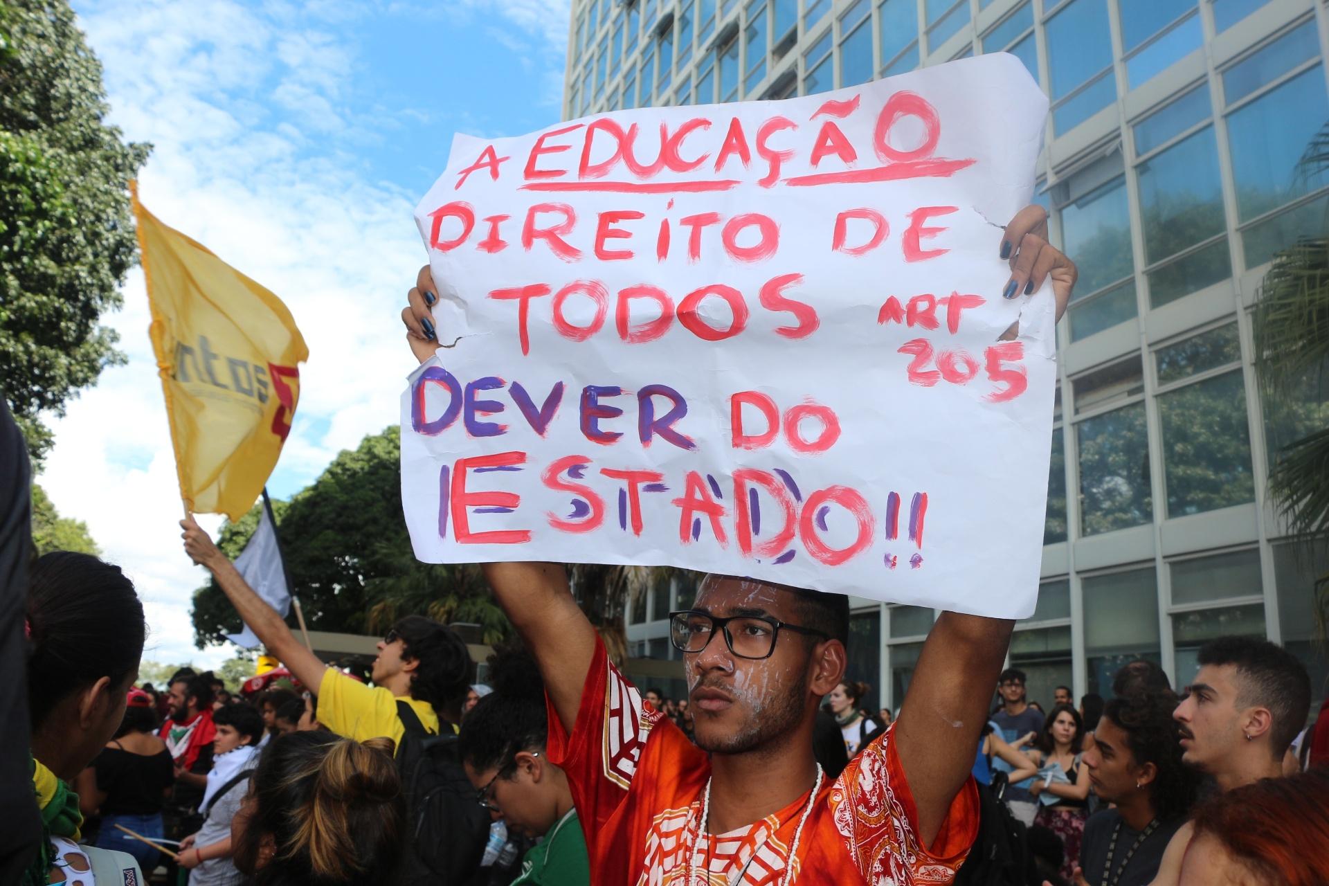 manifestacao-dos-servidores-professores-e-alunos-da-universidade-de-brasilia-unb-na-manha-desta-terca-feira-10-em-frente-ao-ministerio-da-educacao-contra-o-corte-de-gastos-que-atinge-a-1523