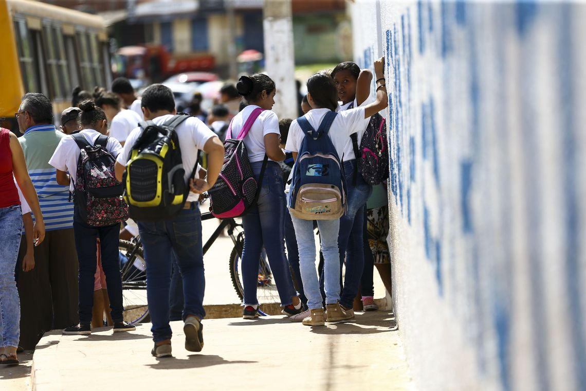 Alunos saindo de escola na Estrutural, no Distrito Federal